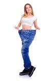 Κορίτσι στο μεγάλο μέγεθος τζιν παντελόνι σε ένα άσπρο υπόβαθρο Στοκ φωτογραφία με δικαίωμα ελεύθερης χρήσης