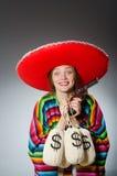 Κορίτσι στο μεξικάνικα poncho περίστροφο και τα χρήματα εκμετάλλευσης Στοκ φωτογραφίες με δικαίωμα ελεύθερης χρήσης