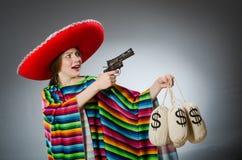 Κορίτσι στο μεξικάνικα poncho περίστροφο και τα χρήματα εκμετάλλευσης Στοκ Εικόνα