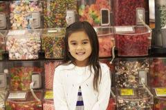 Κορίτσι στο μετρητή καραμελών στην υπεραγορά στοκ εικόνα