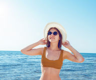 Κορίτσι στο μπικίνι, τα γυαλιά και το καπέλο στο σαφές θαλάσσιο νερό Στοκ φωτογραφία με δικαίωμα ελεύθερης χρήσης