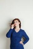 Κορίτσι στο μπλε στο τηλέφωνο Στοκ Εικόνα