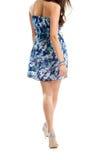 Κορίτσι στο μπλε περπάτημα φορεμάτων Στοκ εικόνες με δικαίωμα ελεύθερης χρήσης