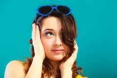 Κορίτσι στο μπλε πορτρέτο γυαλιών ηλίου Στοκ εικόνες με δικαίωμα ελεύθερης χρήσης