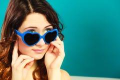 Κορίτσι στο μπλε πορτρέτο γυαλιών ηλίου Στοκ Εικόνα