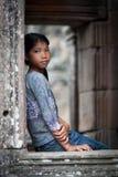 Κορίτσι στο ναό Angkor Wat πορτών πετρών Στοκ Εικόνες