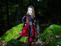 Κορίτσι στο ντυμένο δάσος κοστούμι μαγισσών αποκριών Στοκ Φωτογραφία