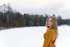 Κορίτσι στο ξέφωτο το χειμώνα Στοκ Εικόνες
