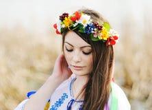 Κορίτσι στο ουκρανικό εθνικό πουκάμισο και floral στεφάνι σε την αυτός Στοκ εικόνα με δικαίωμα ελεύθερης χρήσης