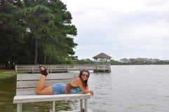 Κορίτσι στο πάρκο με τη λίμνη Στοκ φωτογραφίες με δικαίωμα ελεύθερης χρήσης