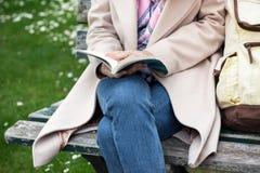 Κορίτσι στο πάρκο που διαβάζει ένα βιβλίο στοκ φωτογραφίες με δικαίωμα ελεύθερης χρήσης