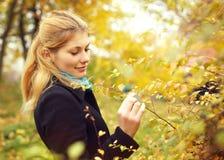 Κορίτσι στο πάρκο πτώσης Στοκ Εικόνες
