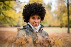 Κορίτσι στο πάρκο φθινοπώρου που εξετάζει τη κάμερα Στοκ εικόνα με δικαίωμα ελεύθερης χρήσης