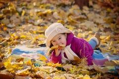 Κορίτσι στο πάρκο φθινοπώρου Στοκ φωτογραφίες με δικαίωμα ελεύθερης χρήσης