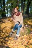 Κορίτσι στο πάρκο φθινοπώρου στοκ εικόνες με δικαίωμα ελεύθερης χρήσης
