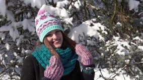 Κορίτσι στο πάρκο χιονιού απόθεμα βίντεο