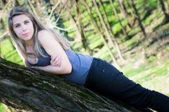 Κορίτσι στο πάρκο Στοκ φωτογραφία με δικαίωμα ελεύθερης χρήσης