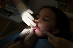 Κορίτσι στο παιδιατρικό γραφείο οδοντιάτρων, επεξεργασία των δοντιών μωρών Στοκ φωτογραφία με δικαίωμα ελεύθερης χρήσης