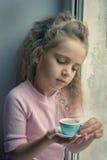 Κορίτσι στο παράθυρο με το κακάο Στοκ φωτογραφίες με δικαίωμα ελεύθερης χρήσης
