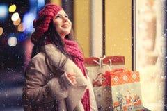 Κορίτσι στο παράθυρο του καταστήματος Χριστουγέννων Στοκ Εικόνες