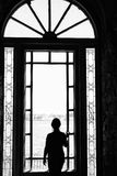 Κορίτσι στο παράθυρο Στοκ εικόνες με δικαίωμα ελεύθερης χρήσης