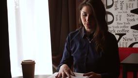 Κορίτσι στο παράθυρο στο CAF απόθεμα βίντεο