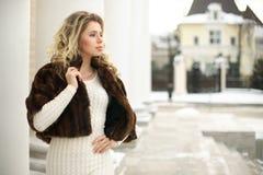 Κορίτσι στο παλτό γουνών στο σχεδιάγραμμα Στοκ εικόνες με δικαίωμα ελεύθερης χρήσης
