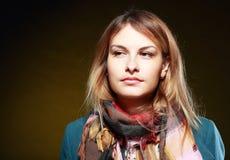 Κορίτσι στο παλτό και το μαντίλι Στοκ Φωτογραφίες