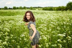 Κορίτσι στο πεδίο στοκ φωτογραφία