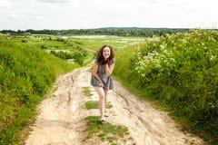 Κορίτσι στο πεδίο στοκ εικόνες με δικαίωμα ελεύθερης χρήσης