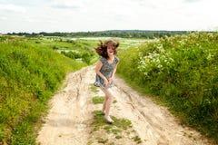 Κορίτσι στο πεδίο στοκ φωτογραφίες με δικαίωμα ελεύθερης χρήσης