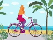 κορίτσι στο ποδήλατο στο hijab κοντά στην οδήγηση παραλιών απεικόνιση αποθεμάτων