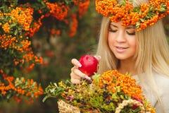 Κορίτσι στο πορτοκαλί στεφάνι με την κόκκινη Apple διαθέσιμη Στοκ φωτογραφίες με δικαίωμα ελεύθερης χρήσης