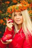 Κορίτσι στο πορτοκαλί στεφάνι με την κόκκινη Apple διαθέσιμη Στοκ εικόνα με δικαίωμα ελεύθερης χρήσης