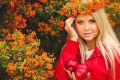 Κορίτσι στο πορτοκαλί στεφάνι με την κόκκινη Apple διαθέσιμη Στοκ εικόνες με δικαίωμα ελεύθερης χρήσης