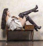 Κορίτσι στο πουλόβερ και τις μπότες Στοκ Φωτογραφίες