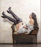 Κορίτσι στο πουλόβερ και τις μπότες Στοκ φωτογραφίες με δικαίωμα ελεύθερης χρήσης
