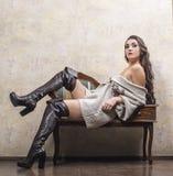 Κορίτσι στο πουλόβερ και τις μπότες Στοκ φωτογραφία με δικαίωμα ελεύθερης χρήσης