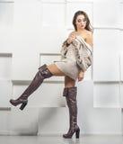 Κορίτσι στο πουλόβερ και τις μπότες Στοκ Εικόνες