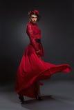 Κορίτσι στο πολύ κόκκινο φόρεμα στοκ φωτογραφίες