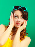 Κορίτσι στο πράσινο πορτρέτο γυαλιών ηλίου Στοκ εικόνα με δικαίωμα ελεύθερης χρήσης