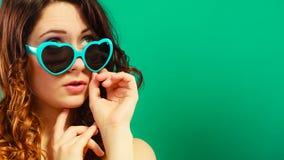 Κορίτσι στο πράσινο πορτρέτο γυαλιών ηλίου Στοκ φωτογραφία με δικαίωμα ελεύθερης χρήσης