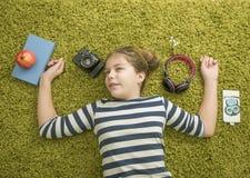 Κορίτσι στο πράσινο carpert Στοκ εικόνα με δικαίωμα ελεύθερης χρήσης