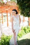 Κορίτσι στο προκλητικό άσπρο φόρεμα την ηλιόλουστη θερινή ημέρα Στοκ Φωτογραφίες