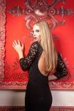 Κορίτσι στο προκλητικό μαύρο φόρεμα με τη γυμνή πλάτη Στοκ εικόνες με δικαίωμα ελεύθερης χρήσης