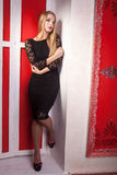 Κορίτσι στο προκλητικό μαύρο φόρεμα με τη γυμνή πλάτη Στοκ εικόνα με δικαίωμα ελεύθερης χρήσης