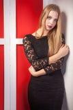 Κορίτσι στο προκλητικό μαύρο φόρεμα με τη γυμνή πλάτη Στοκ Εικόνες