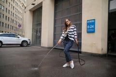 Κορίτσι στο πλύσιμο αυτοκινήτων Στοκ Φωτογραφίες