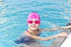 Κορίτσι στο ρόδινο λαστιχένιο καπέλο Στοκ εικόνες με δικαίωμα ελεύθερης χρήσης