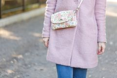 Κορίτσι στο ρόδινο παλτό στο πάρκο Έννοια - υπόλοιπο στοκ εικόνα με δικαίωμα ελεύθερης χρήσης